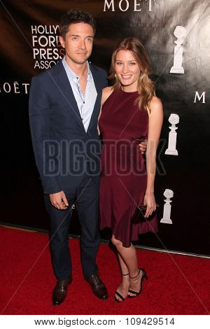 LOS ANGELES - AUG 13:  Topher Grace, Ashley Hinshaw at the HFPA Hosts Annual Grants Banquet - Arrivals at the Beverly Wilshire Hotel on August 13, 2015 in Beverly Hills, CA