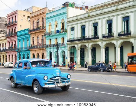 HAVANA,CUBA - NOVEMBER 12, 2015 : Old american car near colorful buildings in Havana