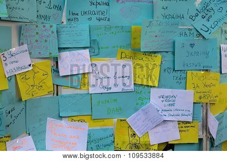 Odessa, Ukraina - Avgust 24, 2015:Stickers on the wall with messages of unity and peace