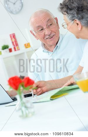 elderly couple on the laptop