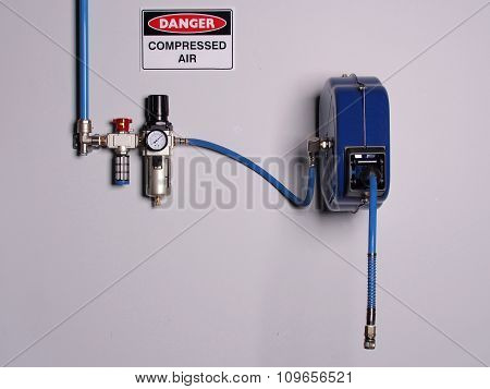 Fixed color coded compressed air line with pressure regulator, scale and flexibly hose reel