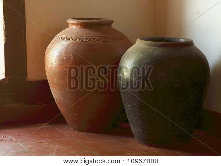 Zwei Terrakotta-Gläser