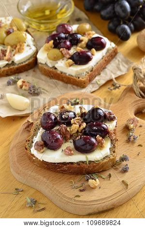 Crostini with roasted grapes, goat cheese, walnuts and hone