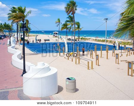 FORT LAUDERDALE,USA - AUGUST 11,2015 : People enjoying the beach at Fort Lauderdale in Florida on a sunny summer day