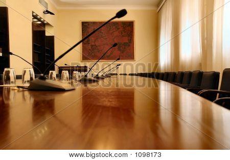 Microfones na sala de conferências vazia