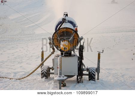 Snow cannon machine