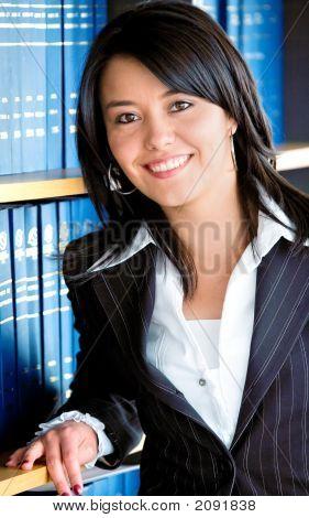 Retrato de mujer de negocios en una oficina