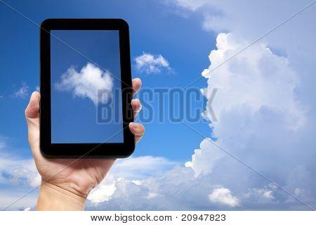 tablet pc con el fondo de la nube de explotación de la mano