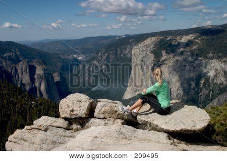 Wanderer, die mit Blick auf Yosemite Tal ich