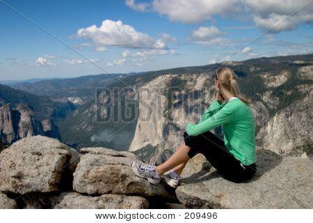 Excursionista con vistas al Valle de Yosemite Ii