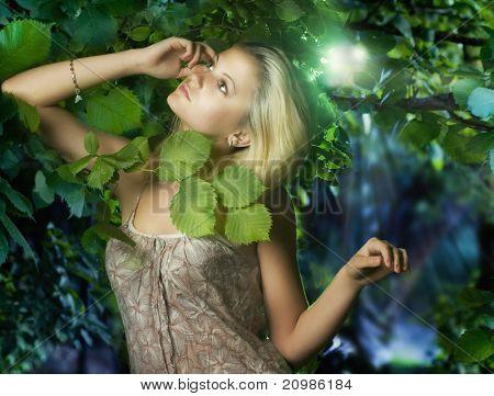 Hermosa chica en el bosque de hadas