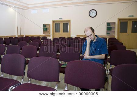 langweilige Vorlesung. alleine schlafen Student im leeren Saal