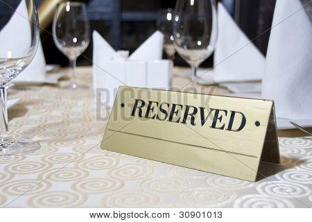 reservierte Zeichen auf dem Tisch