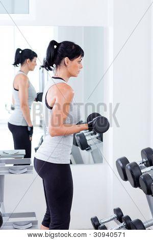 Frau mit Bodybuilding-Geräte auf Sport Fitness club
