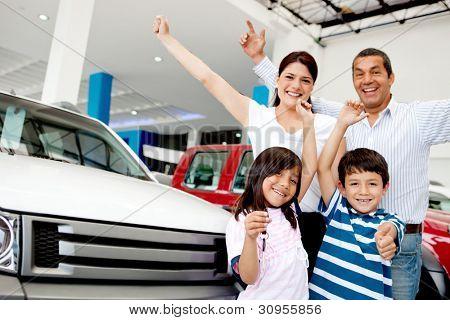 Glückliche Familie mit Waffen, feiern, mit einem neues Auto