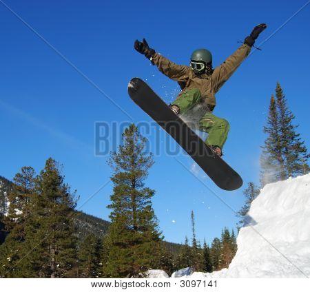 Snowboarder springt hoch