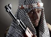 Постер, плакат: Портрет серьезных Ближнего Востока человека с АК 47