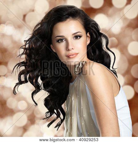 Mulher bonita com cabelo longo castanho