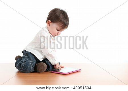 Bebê brincando com um Tablet Digital