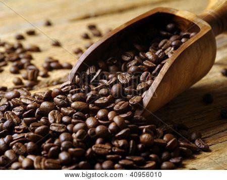 Pala de madera y granos de café