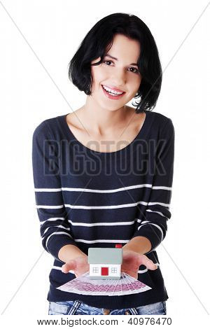 Feliz mulher segurando notas de euros e o modelo de casa sobre branco - conceito de empréstimo imobiliário