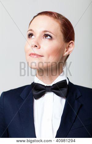 muito jovem moda mulher em terno com gravata, olhando para cima