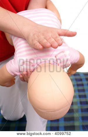 Постер, плакат: Техника спасения младенцев удушья, холст на подрамнике