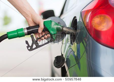transporte y concepto de propiedad - hombre de bombeo combustible gasolina en coche en gasolinera
