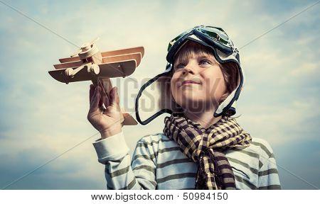 Pilot mit Flugzeug auf einem Hintergrund des Himmels
