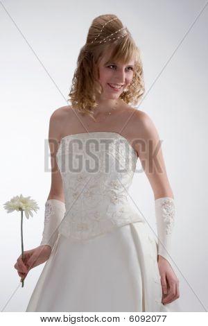 Schöne Braut im weißen Kleid 2.