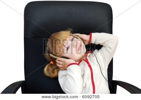 Kleines Mädchen hören Musik mit Kopfhörer