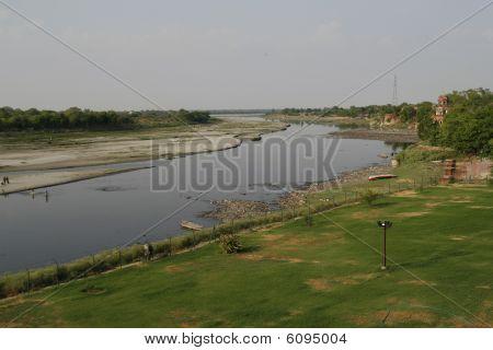 Yamuna River von Taj Mahal. Sobald ein blühende Körper des Wassers jetzt ausgetrocknet hat. Agra, Indien