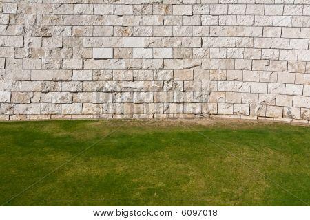 Césped y pared en el centro Getty