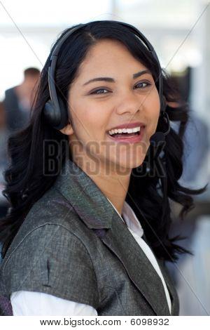 Lächelnd geschäftsfrau mit einem Headset auf In Unternehmen