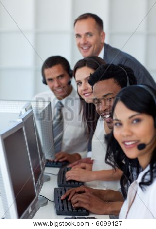 Business Team und Arbeit In einem Call-Center-Manager