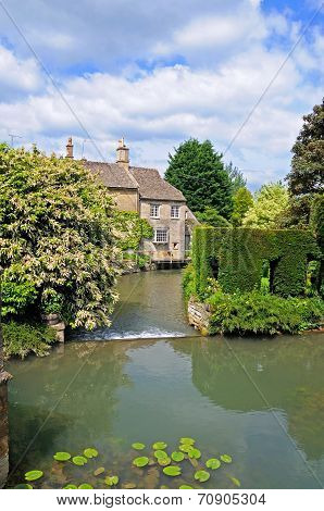 Weir and cottages along river Windrush, Burford.