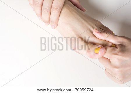 Foot finger dorsal massage