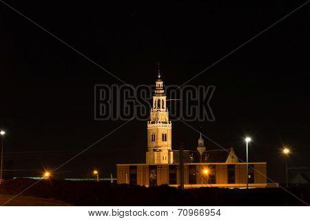 kerktoren in de avond