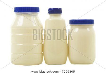 Três frascos com maionese
