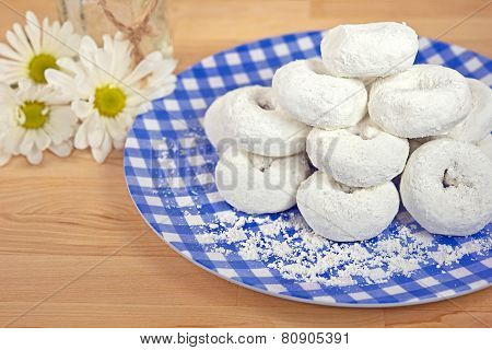 powdered sugar with daisies