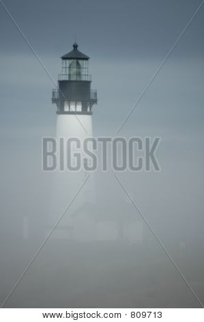 Yaquina Head Lighthouse in Nebel vert