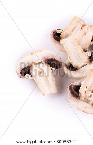 Sliced champignons.