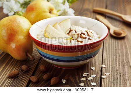 Oatmeal With Pear And Almonds