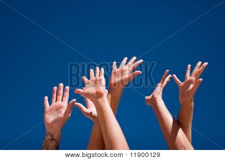 Gruppe von Menschen die Hände in die Luft