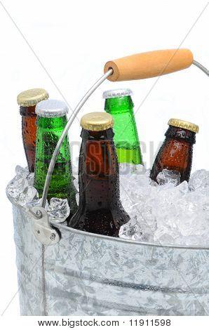 Closeup eines Eimers assortierte Bierflaschen