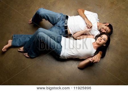 Sexy joven ocasional pareja feliz relajante en el piso