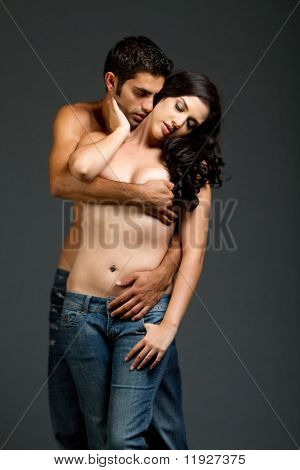 Sexy young multirassische Couple in Blue Jeans mit sinnlichen moment