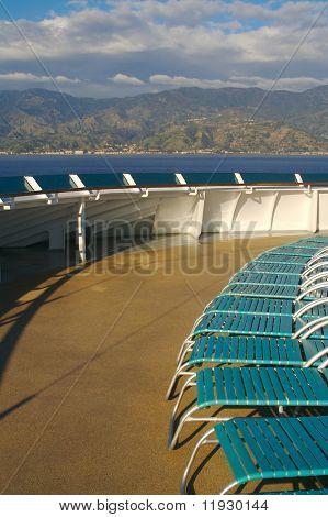 Crucero Resumen de cubierta de barco con tumbonas. La cubierta está iluminada por la mañana sol fresco fr