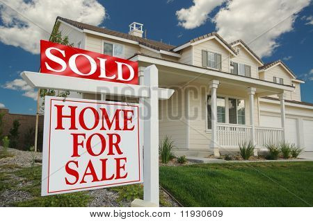 Startseite für Verkauf Zeichen vor Beautiful New Home verkauft.