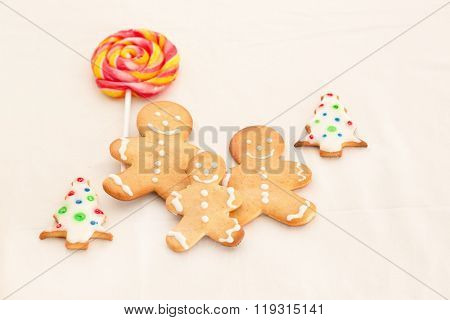 Gingerbread man cookies in Christmas setting. Xmas dessert. Gingerbread family. Christmas food.